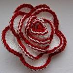 Martisor crosetat - floare alb cu rosu